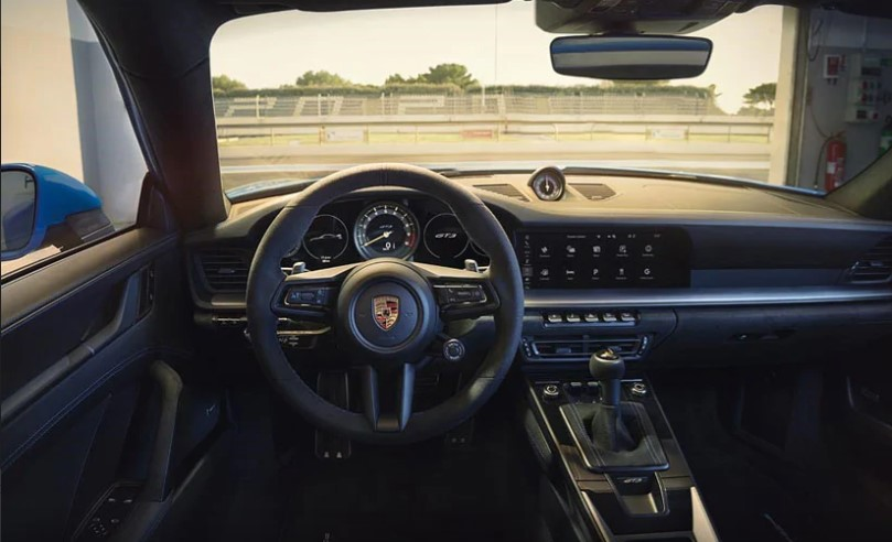 The Porsche 911 GT3 gets a new track screen that gives essential information needed for track driving, such as tyre and oil pressure, fuel level and water temperature